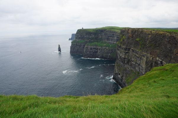 Moherské útesy (Cliffs of Moher) na západnom pobreží Írska - v diaľke vidieť O'Brienovu vežu a pod ňou skalisko Branaunmore trčiace z mora