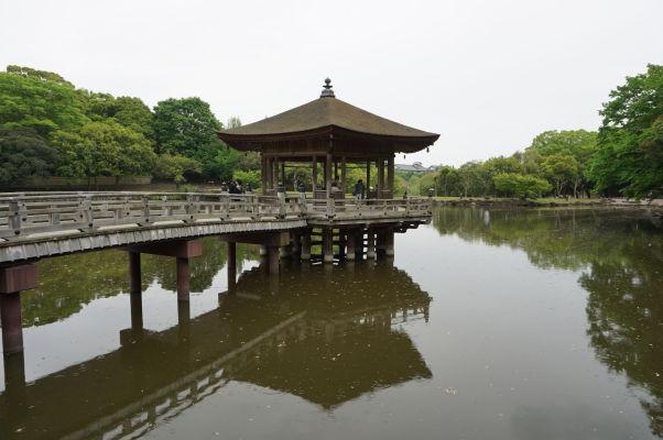 Jazierko Wašiči s plávajúcim Pavilónom v parku Nara
