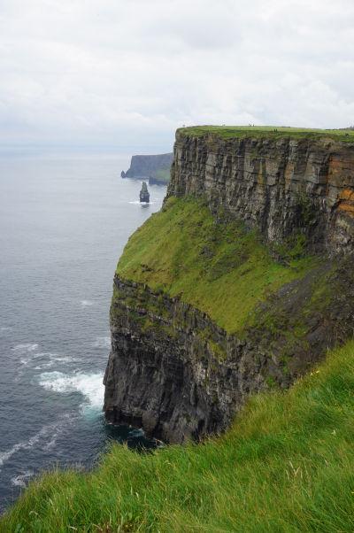 Moherské útesy (Cliffs of Moher) na západnom pobreží Írska - v diaľke vidieť skalisko Branaunmore trčiace z mora