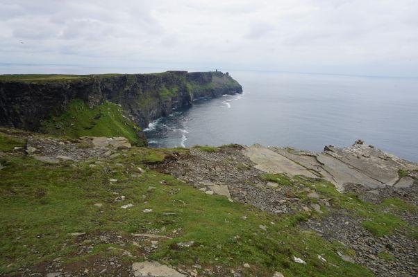 Moherské útesy (Cliffs of Moher) na západnom pobreží Írska - v diaľke vidieť Moherskú vežu (Moher Tower)
