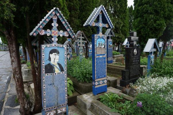 Maľované náhrobky na Veselom cintoríne - niektoré su v lepšom, iné v horšom stave