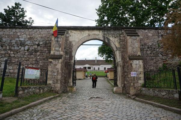 Vstupná brána v hradbách Korvínovho hradu v Hunedoare
