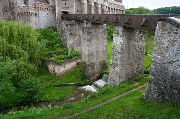 Priekopa s vodným kanálom okolo Korvínovho hradu v Hunedoare