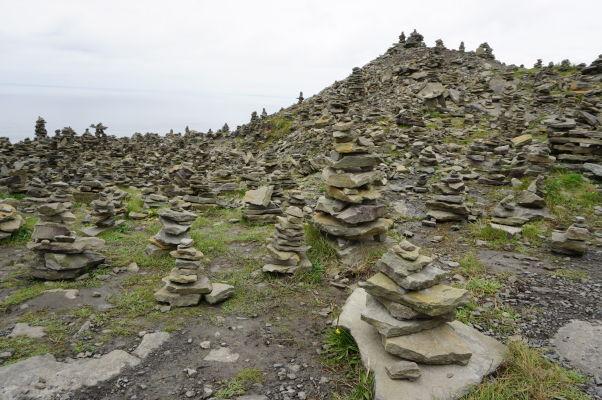 Kamenné mohylky na Moherských útesoch (Cliffs of Moher) na západnom pobreží Írska