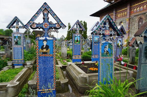 Maľované náhrobky na Veselom cintoríne v dedinke Săpânța
