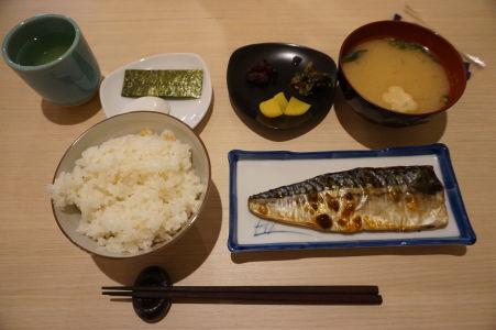 Tradičné japonské raňajky - pre Európana je trošku nezvyk jesť pečenú rybu a ryžu hneď ráno