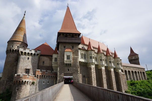 Korvínov hrad v Hunedoare z prepojovacieho mostu