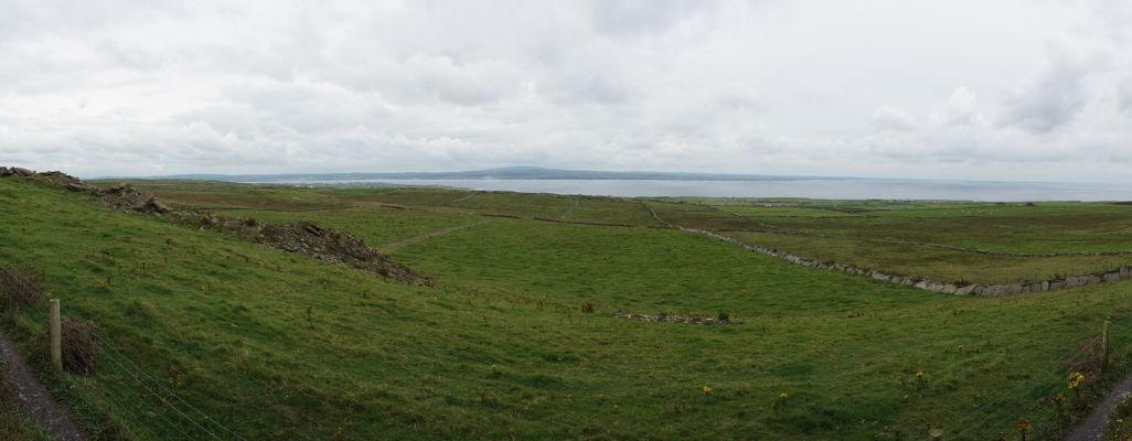 Okolitá krajina pri Moherských útesoch (Cliffs of Moher) na západnom pobreží Írska