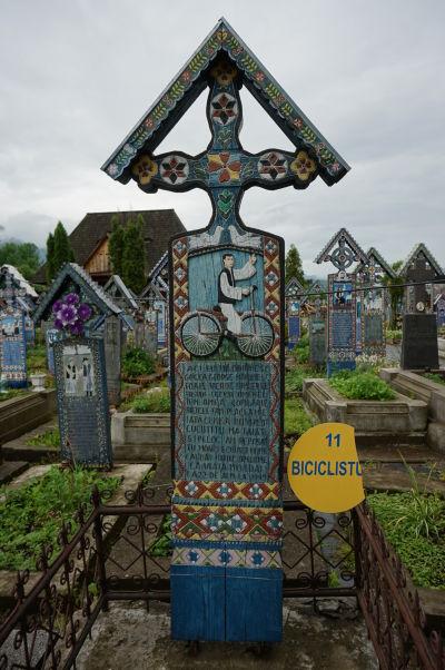Veselý cintorín v Săpânțe - Tento chlapík bol zrejme milovníkom cyklistiky