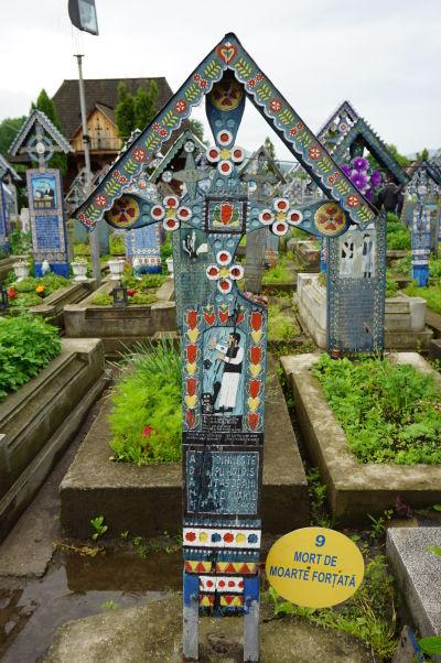 Veselý cintorín v Săpânțe - Niektoré náhrobky majú číslo s dodatočnou vysvetlivkou pri vstupe na cintorín (len v rumunčine)