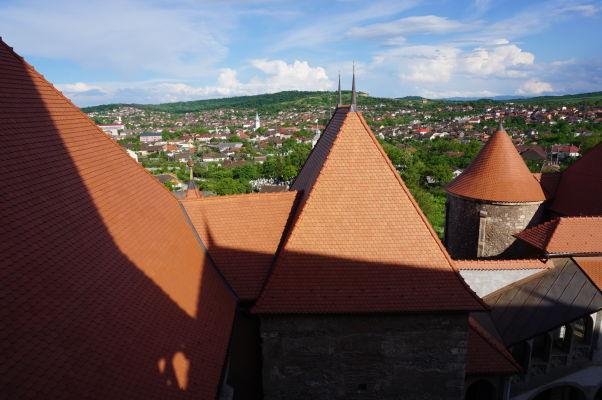 Výhľad z hradieb Korvínovho hradu na jeho vežičky a Hunedoaru