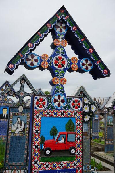 Veselý cintorín v Săpânțe - Náhrobok muža, ktorý zomrel pri autonehode
