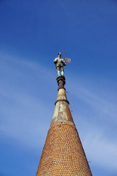 Bronzová socha rytiera na veži Buzdugan Korvínovho hradu v Hunedoare