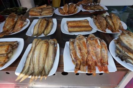 Smažené a pečené ryby na rybom trhu v Busane