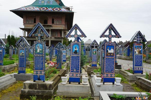 Maľované náhrobky na Veselom cintoríne v dedinke Săpânța - Niektoré sú maľované i zo zadnej strany
