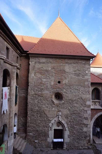 Jedna z veží na nádvorí Korvínovho hradu v Hunedoare