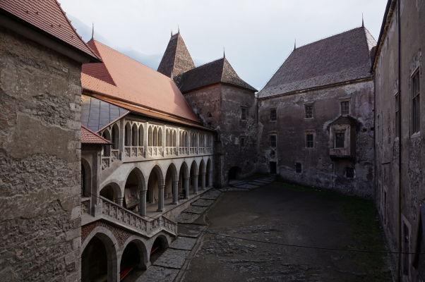 Nádvorie Korvínovho hradu v Hunedoare