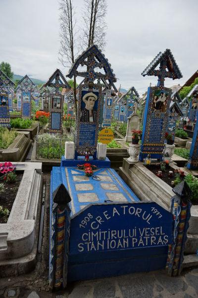 Veselý cintorín v Săpânțe - Náhrobok Stana Ioana Pătraşa - rezbára, ktorý tradíciu maľovaných náhrobkov začal