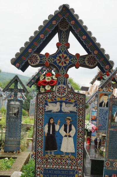 Veselý cintorín v Săpânțe - Náhrobok svokry, ktorá rada strpčovala život svojmu zaťovi