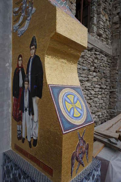 Veselý cintorín v Săpânțe - Na novom kostole sa to len tak leskne zlatou farbou