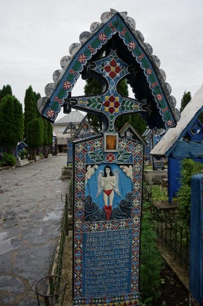Veselý cintorín v Săpânțe - Jeden z detských hrobov - Deti sú výnimkou a ich epitafy nebývajú ironické