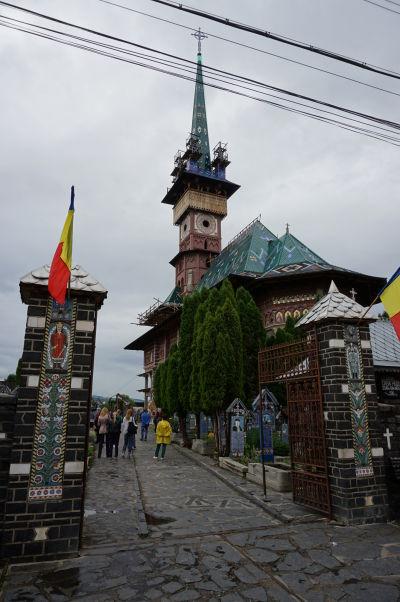 Veselý cintorín v Săpânțe - Nový kostol a vstupná brána