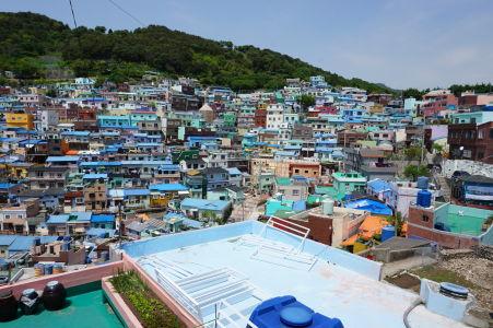 Pestrofarebná dedinka Gamcheon na svahu