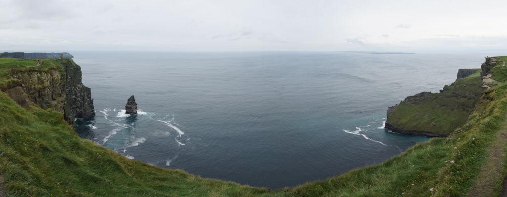 O'Brienova veža a skalisko Branaunmore pri Moherských útesoch (Cliffs of Moher) na západnom pobreží Írska