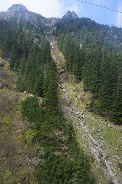Pohľad z lanovky ponad Transfagarašan na hory Transylvánie (rumunských Karpát)