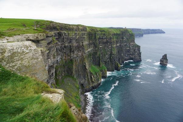 O'Brienova veža a skalisko Branaunmore pri Moherských útesoch (Cliffs of Moher) na západnom pobreží Írska - ďaleko v pozadí je možné vidieť i Moherskú vežu na opačnej strane útesov