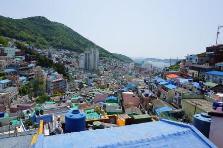Výhľad na údolie pod Gamcheonom, vpravo vidieť more a prístav