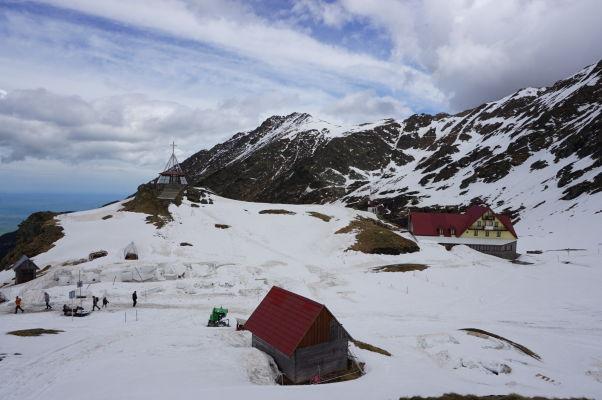 Najvyšší bod Transfagarašanu a okolie jazera Balea býva pod snehom i na začiatku leta - vľavo na fotke kaplnka, vpravo horská chata