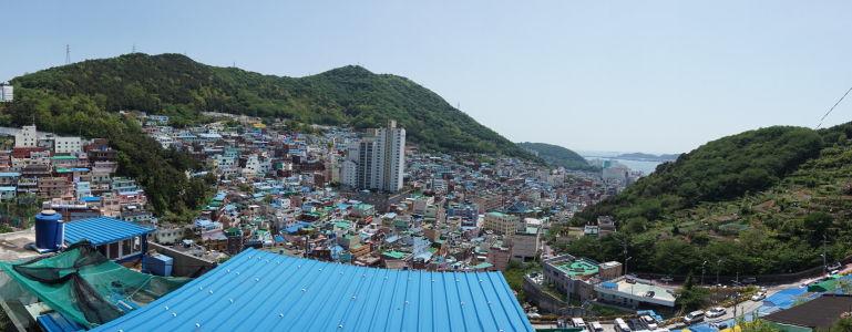 Panoramatický pohľad na druhú stranu Gamcheonu, more a prístav