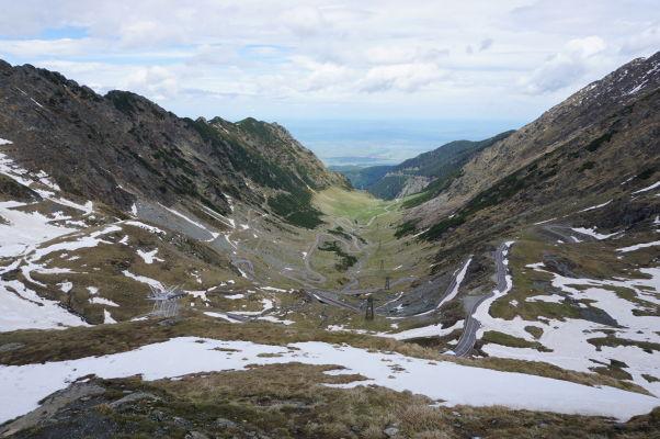 Údolie preťaté lanovkou a kľukatá cesta Transfagarašan v najvyšších rumunských horách