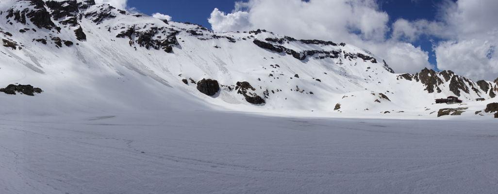 Ľadovcové jazero Balea pokryté snehom a ľadom na začiatku leta v najvyšších rumunských horách
