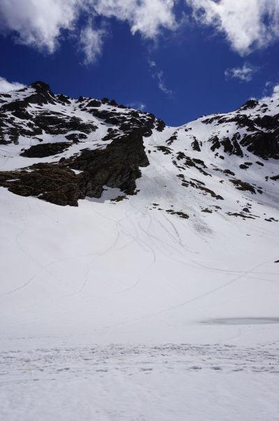 Jazero Balea v najvyšších rumunských horách je porkyté snehom a ľadom i na začiatku leta