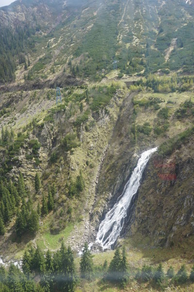 Vodopád Balea pri pohľade z lanovky ponad vysokohorskú cestu Transfagarašan