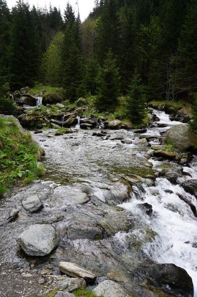 Cestička k vodopádu Balea kopíruje riečku Balea