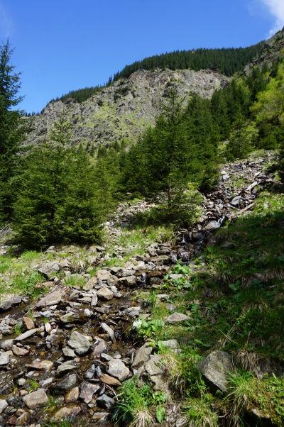 Cesta k vodopádu Balea vedie krásnou rumunskou prírodou