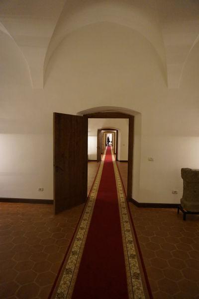 Chodba v pevnosti Fagaraš - dlhé chodby kopírujú vonkajší tvar pevnosti
