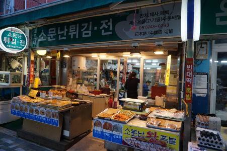 Obchodík s občerstvením na tržnici v Busane