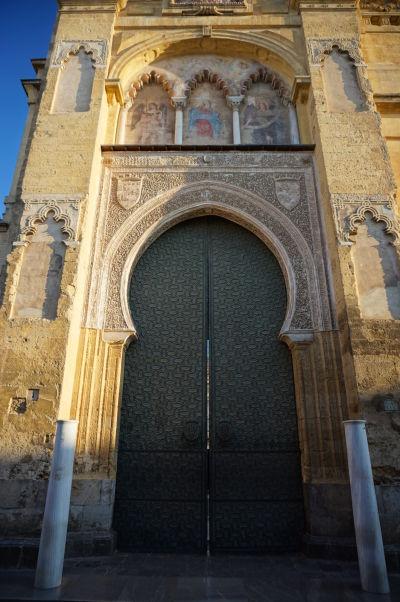 La Puerta del Perdón - Brána odpustenia - Pochádza zo 14. storočia a je priľahlá k veži katedrály Mezquity v Córdobe - Je možné tu vidieť typické prvky maurskej architektúry, do ktorých boli doplnené kresťanské motívy