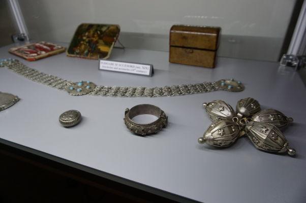 Kovové výrobky a šperky v múzeu v pevnosti vo Fagaraši