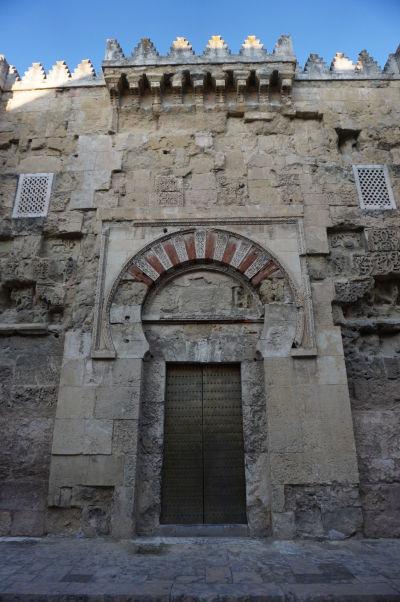 Puerta de San Esteban - Brána sv. Štefana v La Mezquite v Córdobe - Jedna z pôvodných brán chrámu, pochádzajúca ešte z 8. storočia (a teda najstaršia z nich). Neskôr boli podľa nej modelované i ostatné brány chrámu. Opäť tu môžeme vidiet klasické prvky maurskej dekorácie