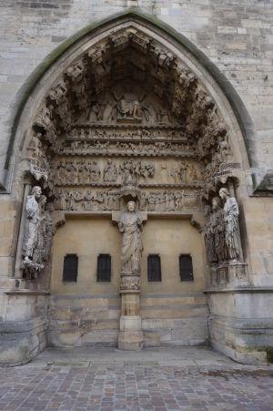 Zdobený portál katedrály Notre-Dame v Reims