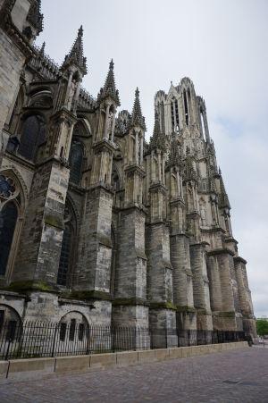 Katedrála Notre-Dame v Reims - Bočné rebrovanie pomáha udržať stabilitu štíhlej a vysokej hlavnej lode pri silnom vetre
