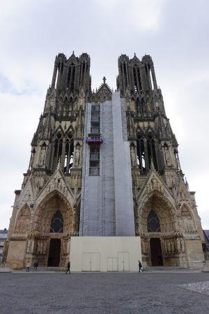 Katedrála Notre-Dame v Reims - V hornej časti fasády (hneď pod vrcholkami veží) je možné vidieť tzv. Galériu kráľov