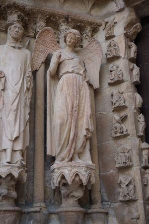 """Socha """"usmievajúceho sa anjela"""" na portáli katedrály Notre-Dame v Reims"""