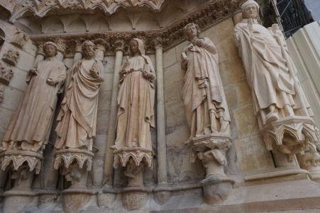 Sochy na portáli katedrály Notre-Dame v Reims