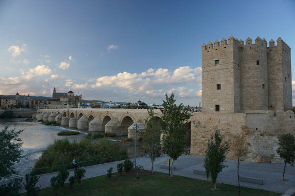 Rímsky most s vežou Calahorra v Córdobe, v pozadí vidieť Mezquitu